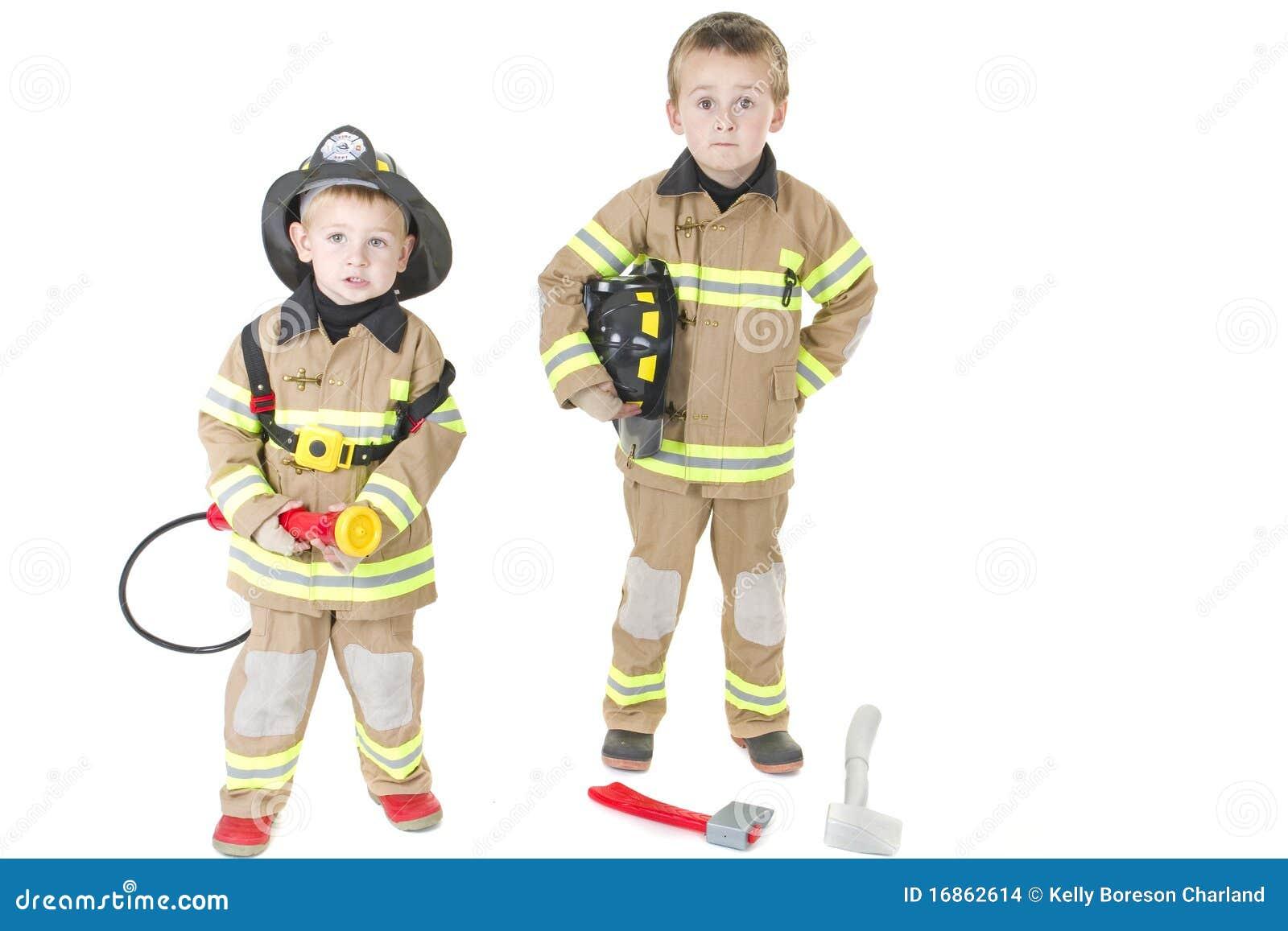 Nette kleine Jungen in der Ausstattung des Feuerwehrmannes
