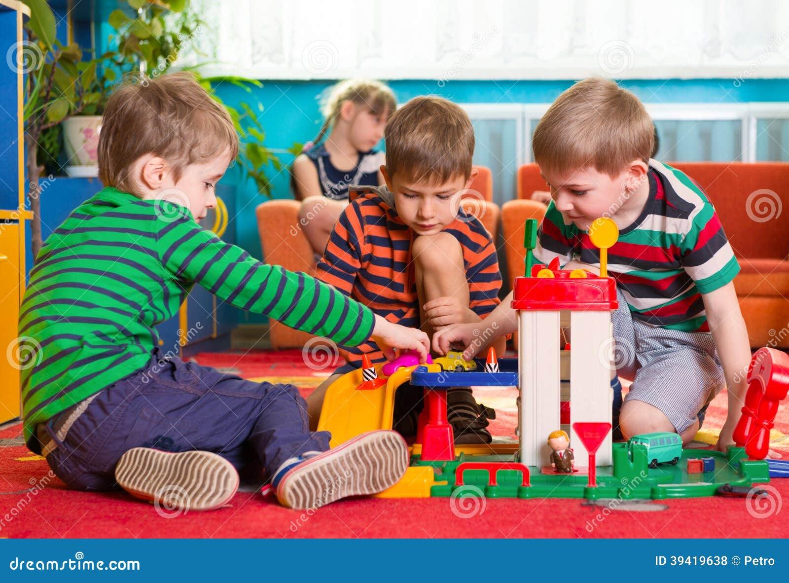 nette kleine jungen die am kindergarten spielen stockfoto. Black Bedroom Furniture Sets. Home Design Ideas