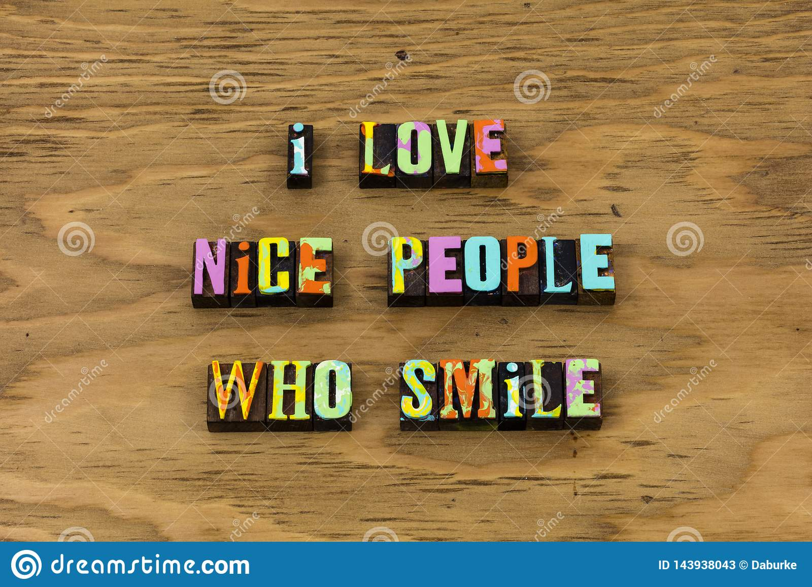Nette Leute der Liebe, die glückliches Briefbeschwererzitat lächeln