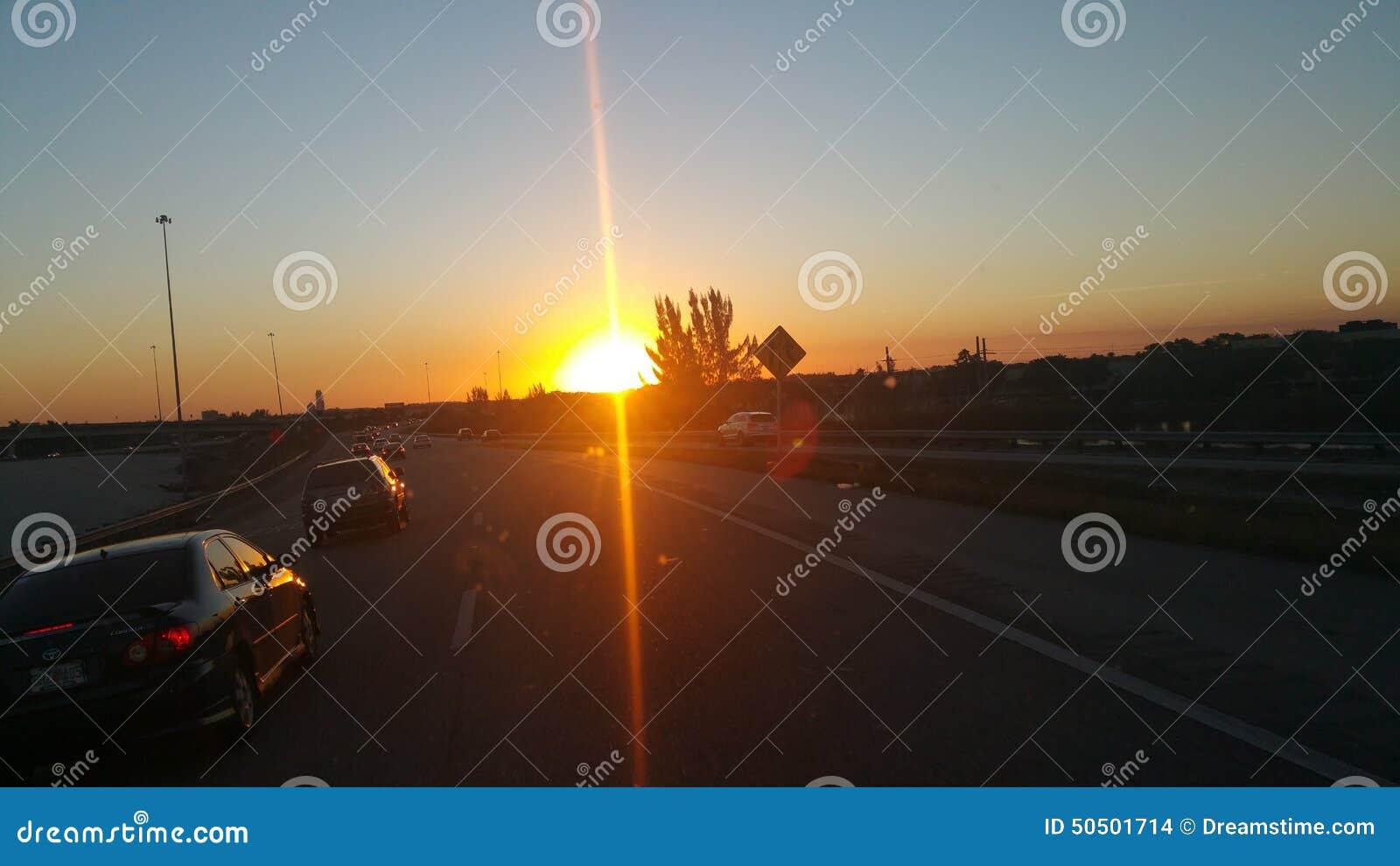 Nette schauende Sonne