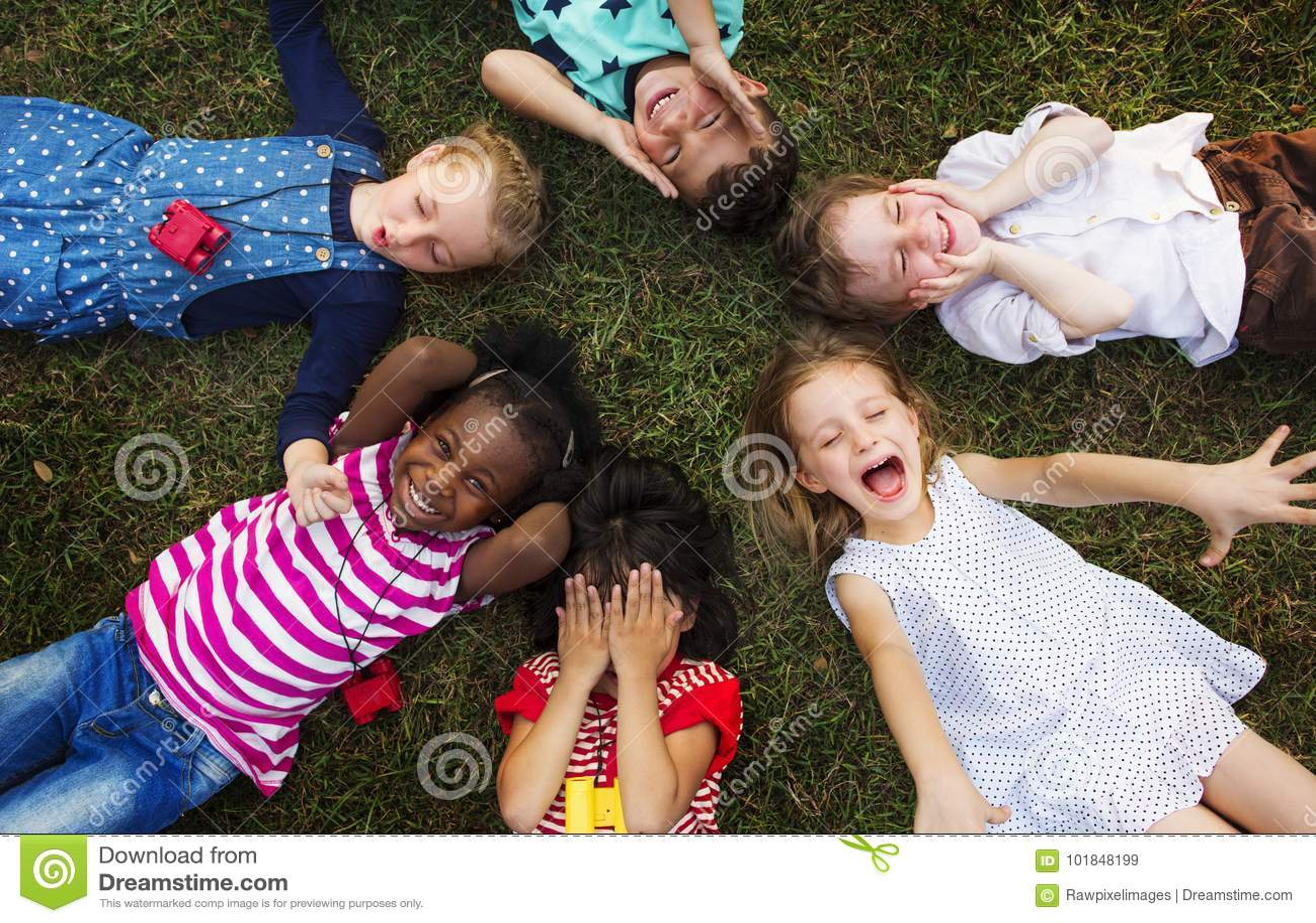Nette verschiedene Gruppe kleine Kinder