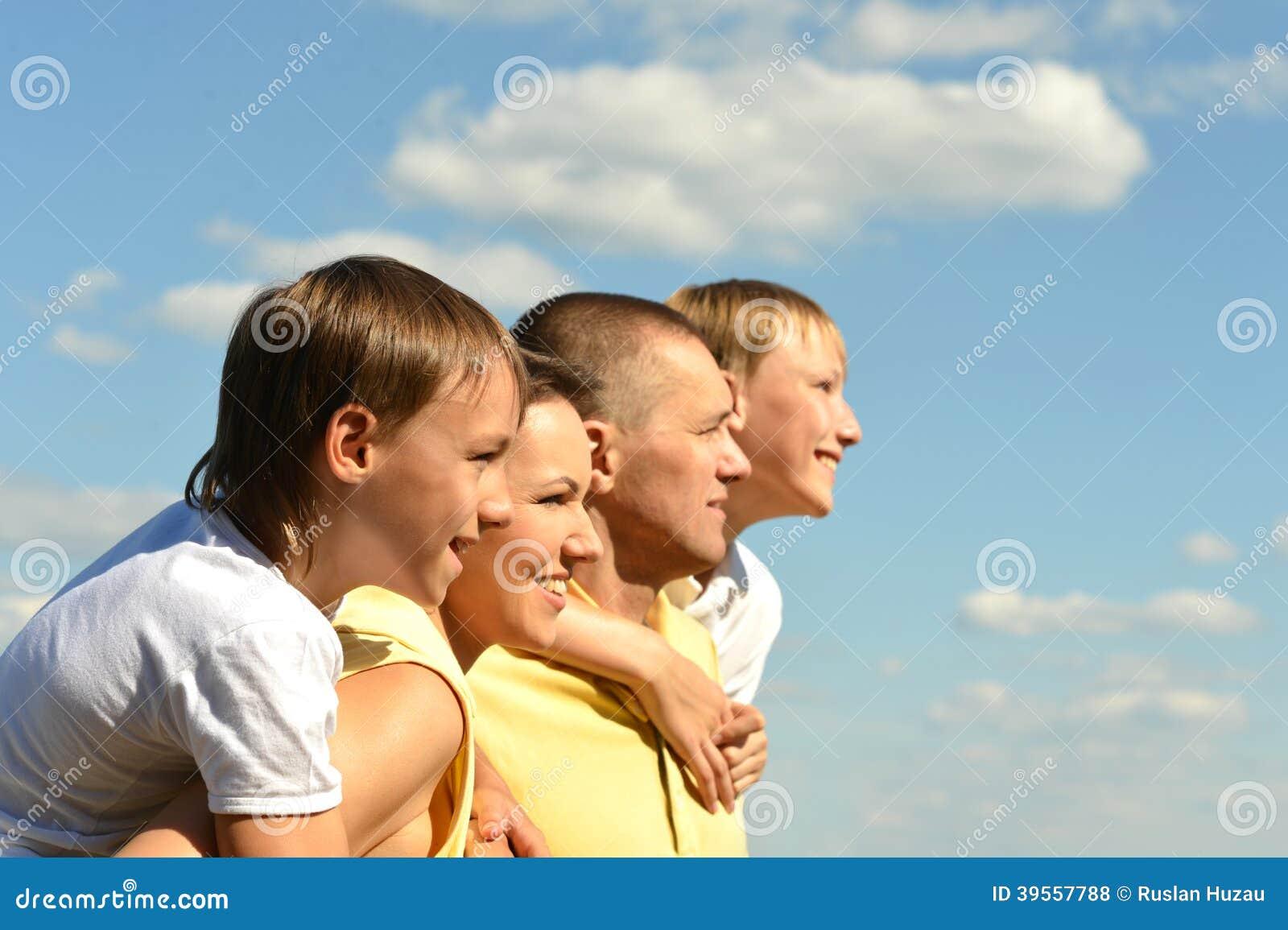 Nette vierköpfige Familie auf Himmel