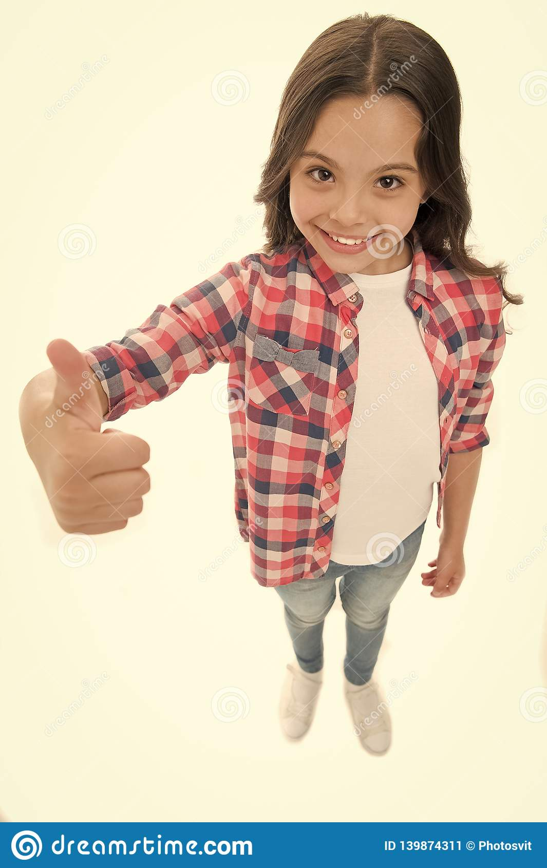 Nette Wahl Empfehlen Sie in hohem Grade sich Kindermädchen zeigt Daumen herauf Geste, lokalisierter weißer Hintergrund Glückliche