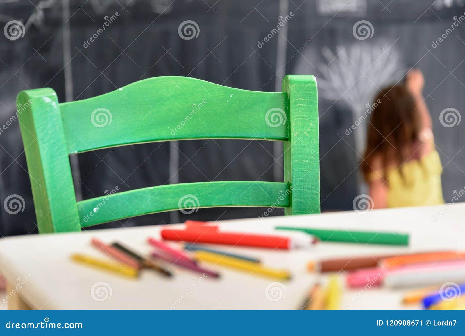 Nette Zeichnung und Malerei des kleinen Mädchens am Kindergarten Kreativer Tätigkeitskinderverein