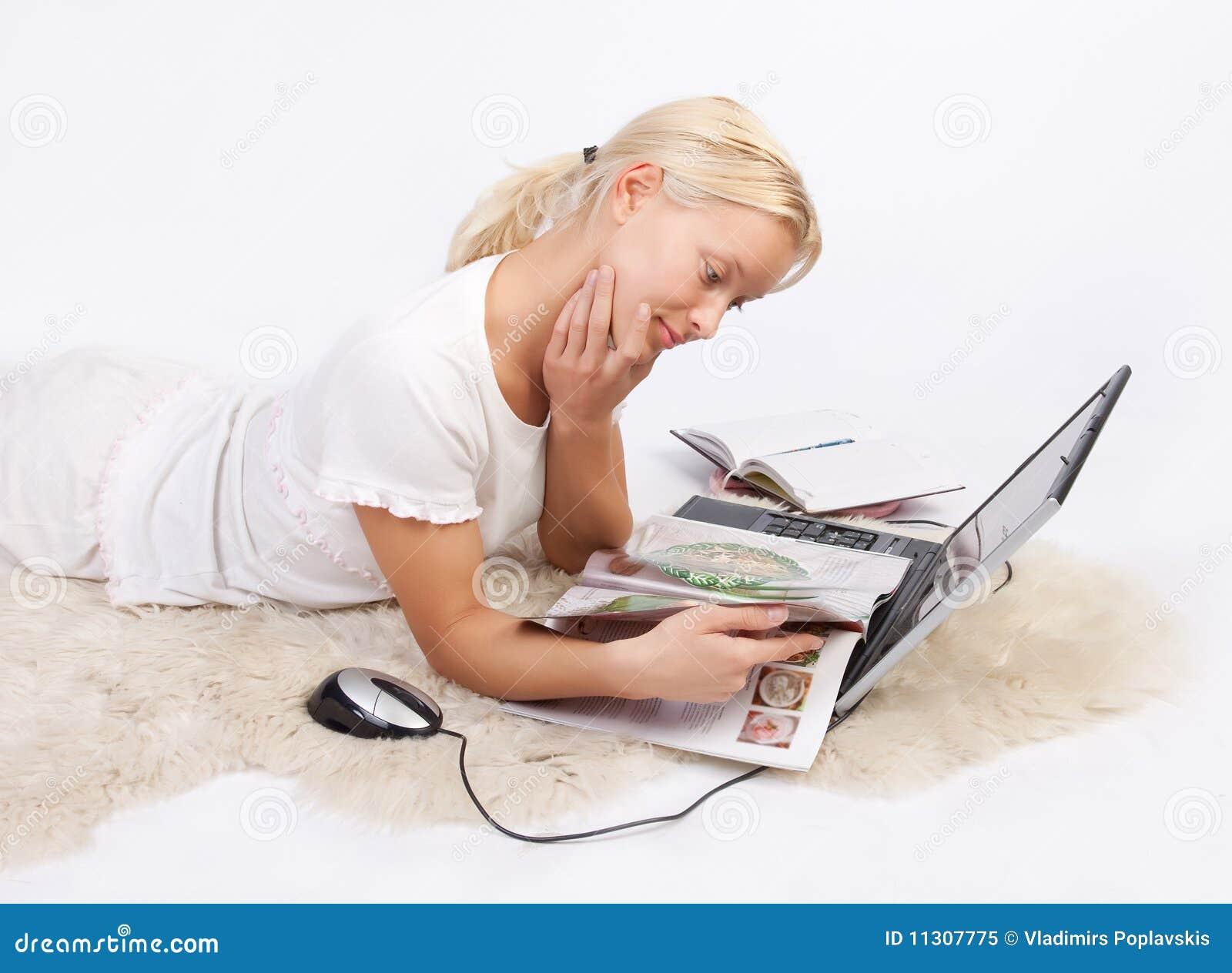 Nette Zeitschrift der jungen Frau Lese