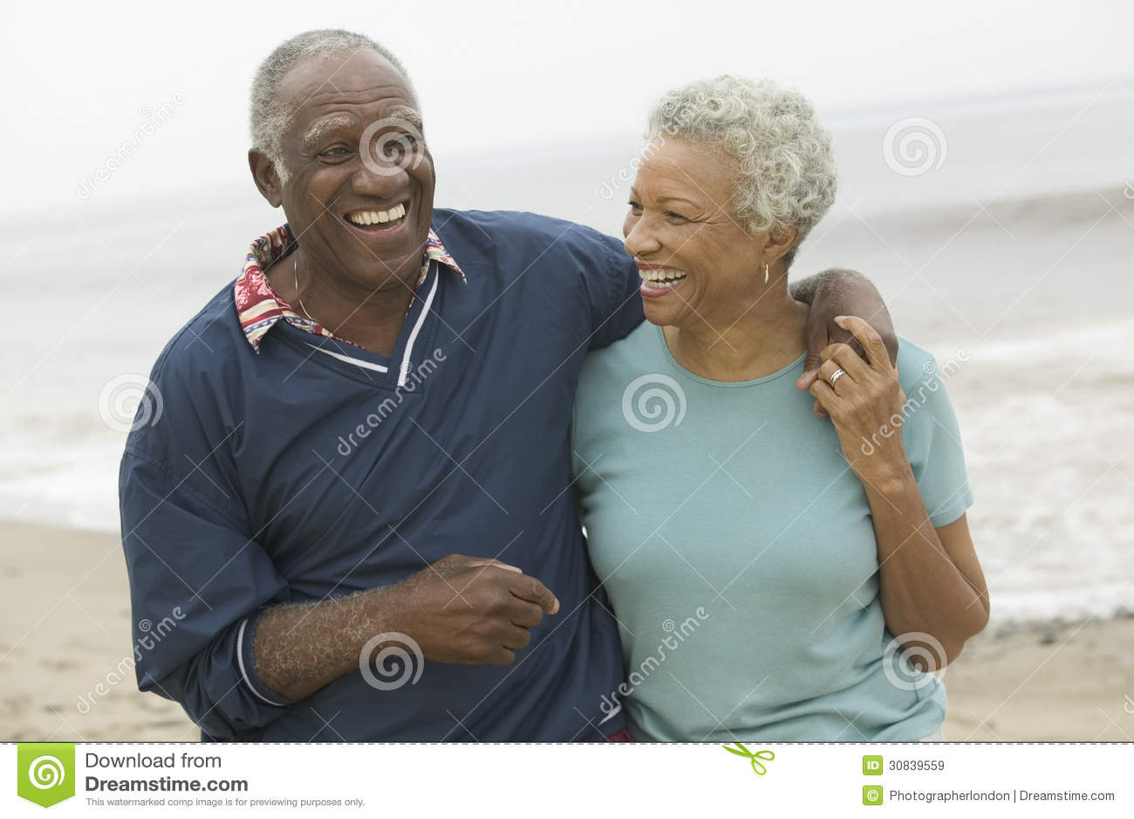 Netter Afroamerikaner-reife Paare am Strand