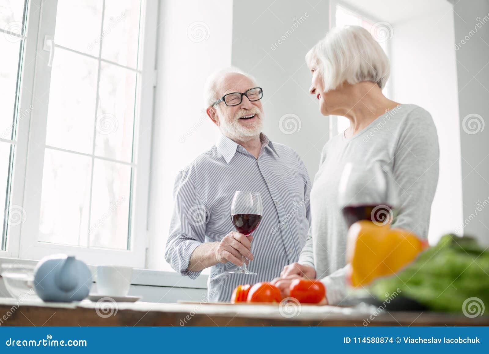 Netter gealterter Mann, der Wein genießt