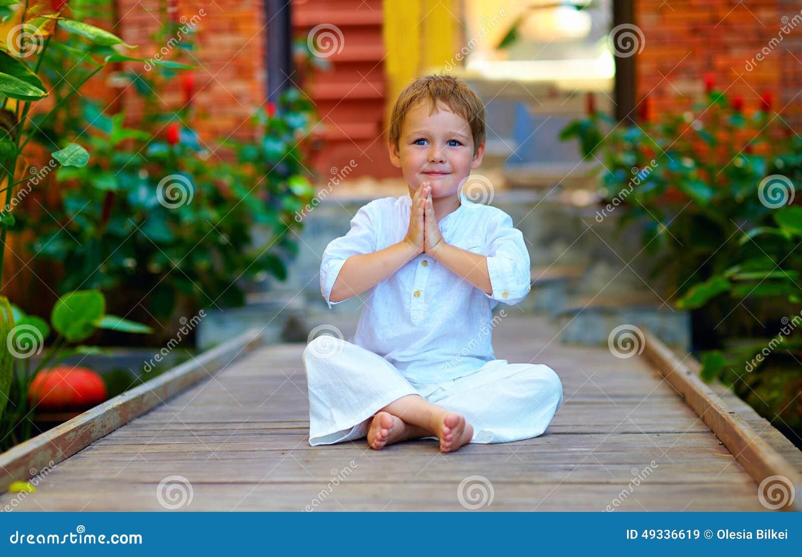 Netter Junge, der versucht, innere Balance in der Meditation zu finden