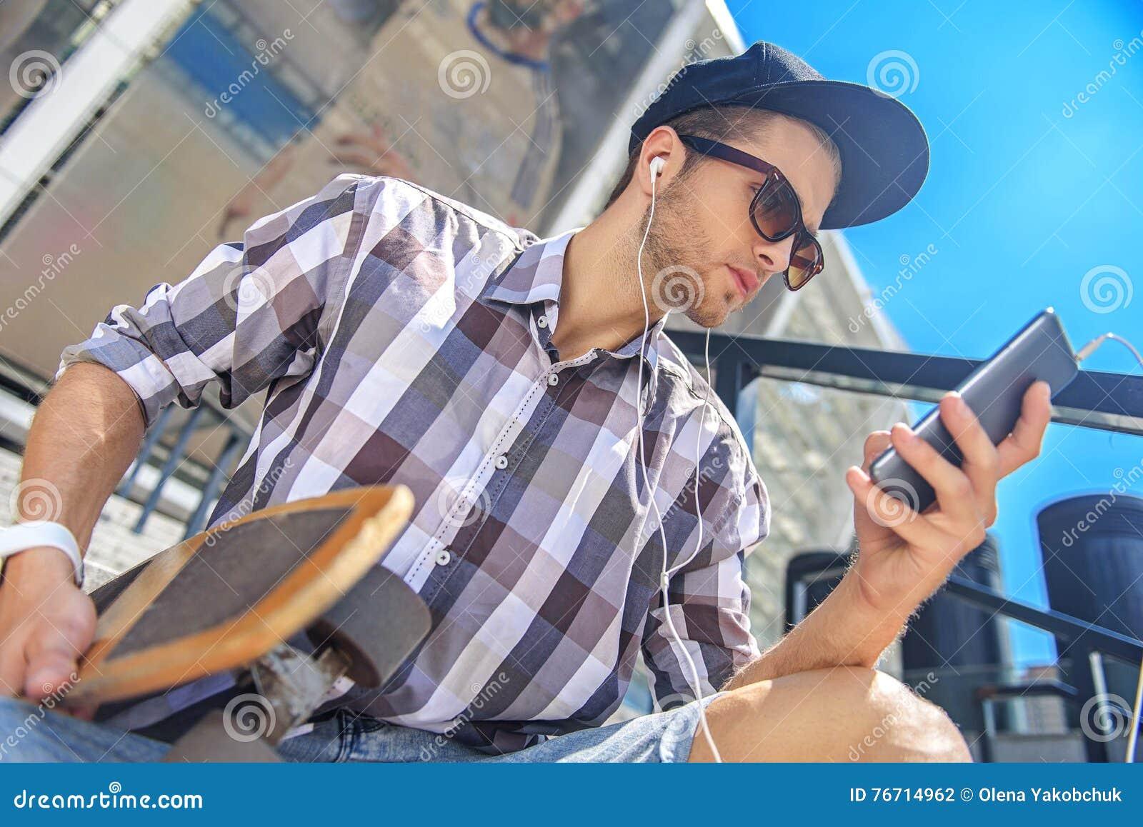 Junger Kerl kriegt Hilfe beim Ficken von Bi Jenny und Freundin