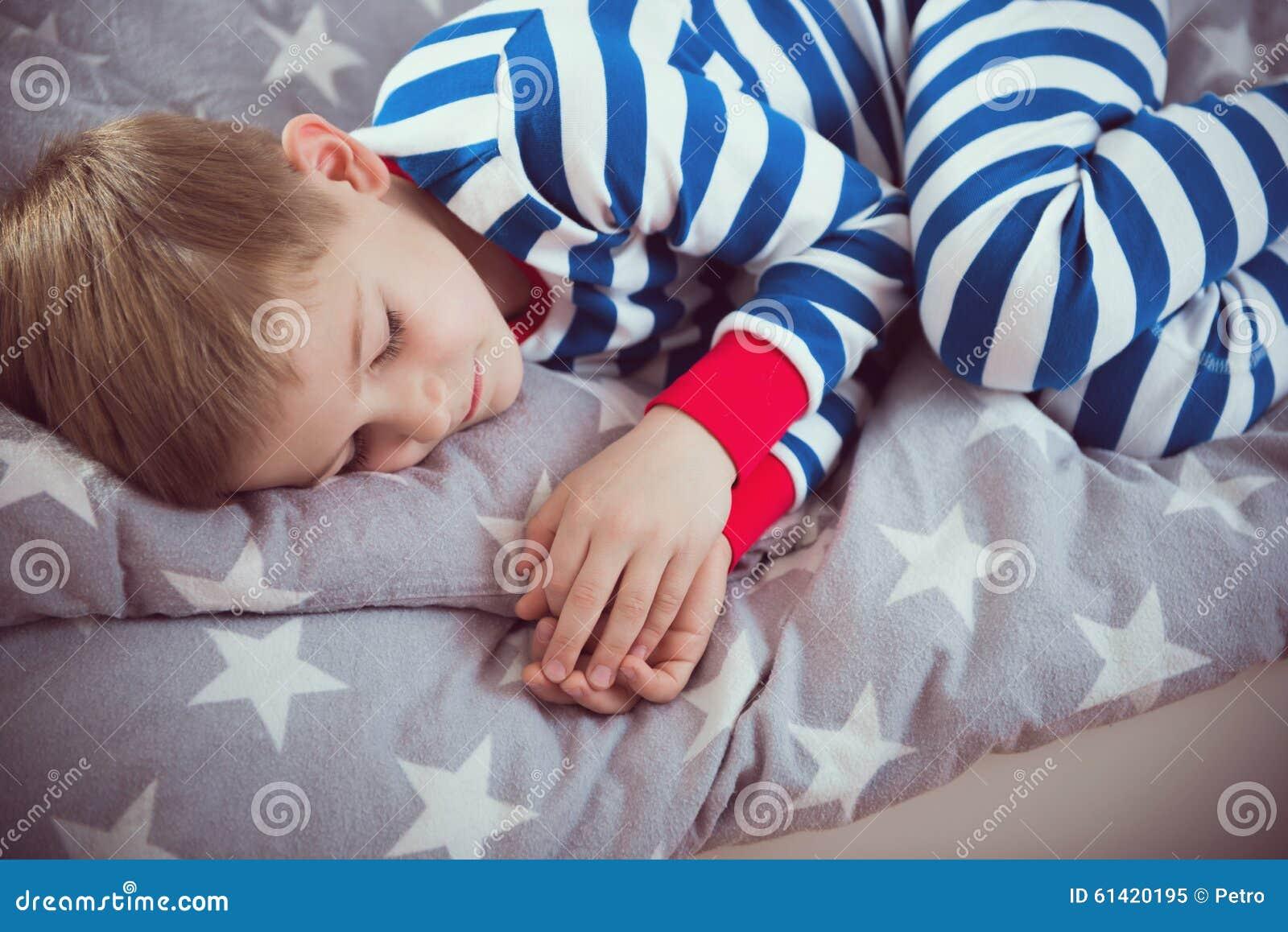 Netter Kleiner Junge Schlaft In Den Pajames Auf Bett Fokus Oben