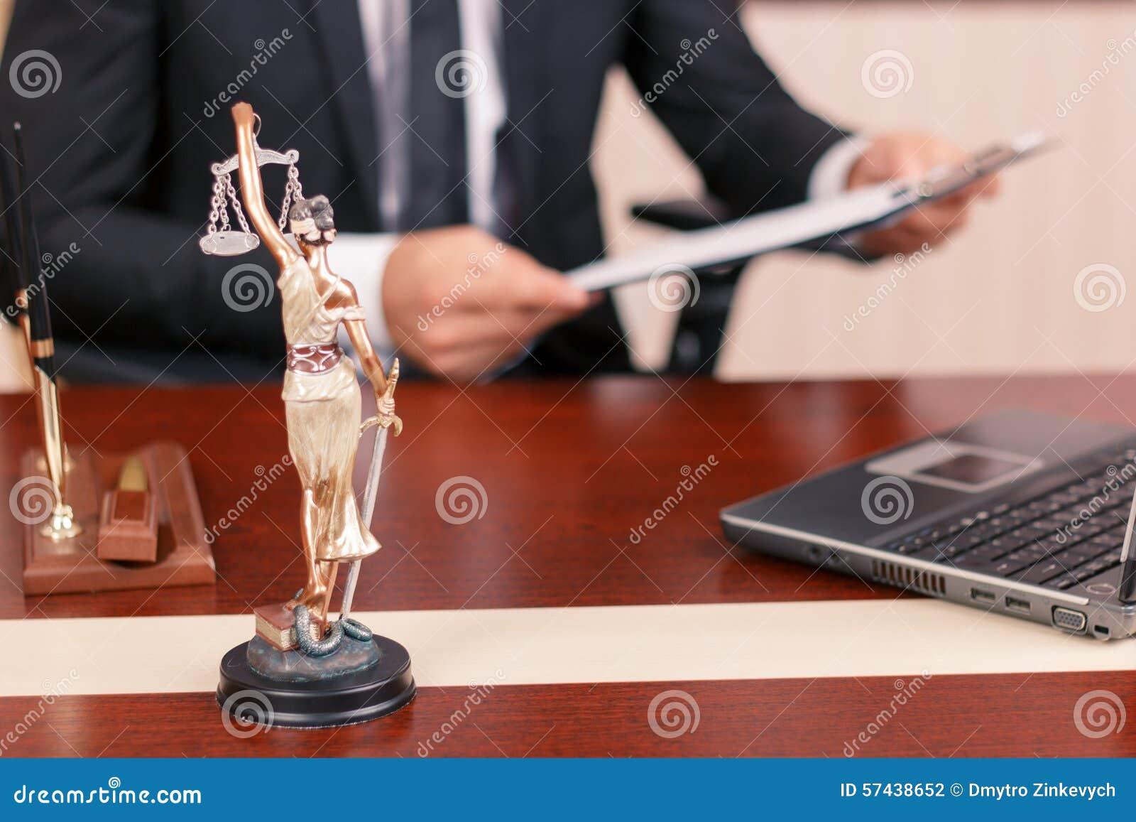 Netter Rechtsanwalt, der Papiere hält