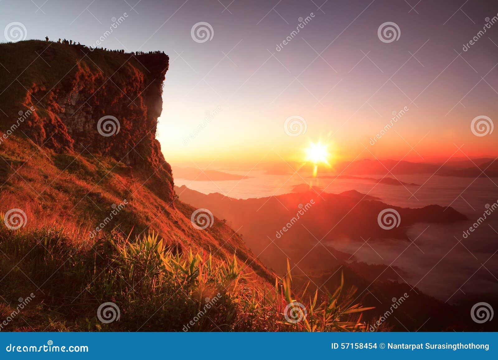 Netter Sonnenaufgang am Morgen auf Phu-Chi-Fa-Berg, Chiang Rai, Thailand