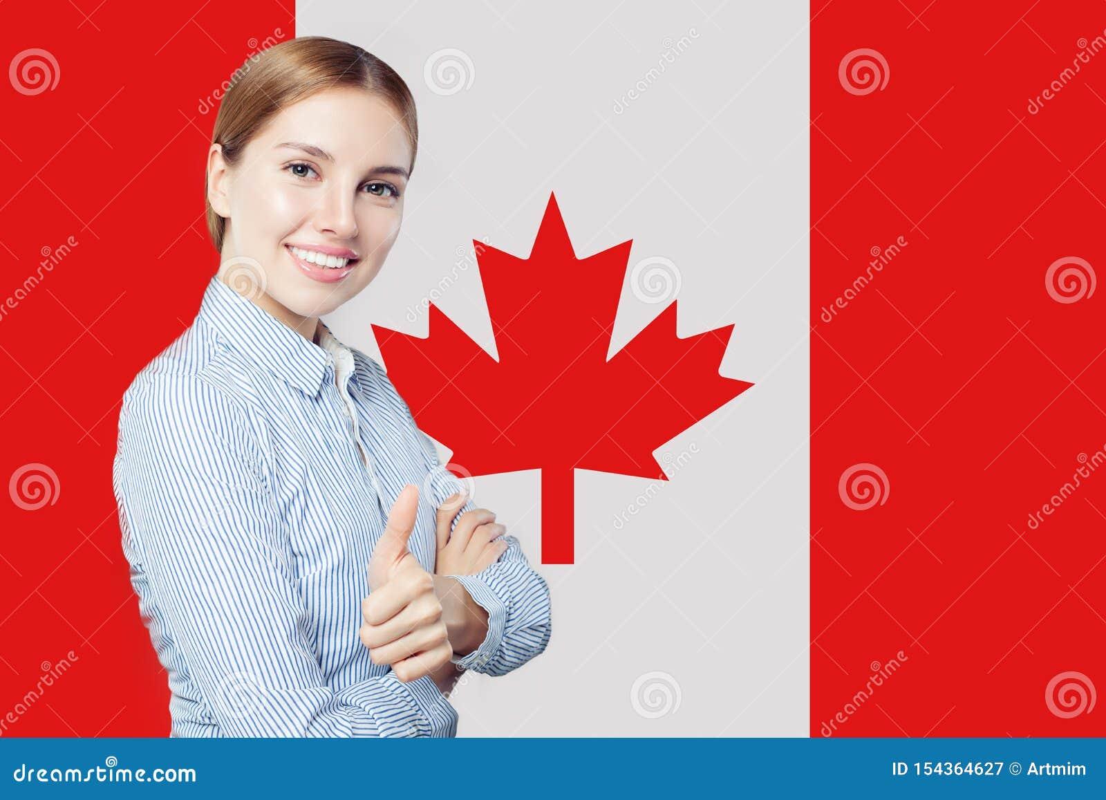 Netter Vertretungsdaumen der jungen Frau oben gegen die Kanada-Flagge