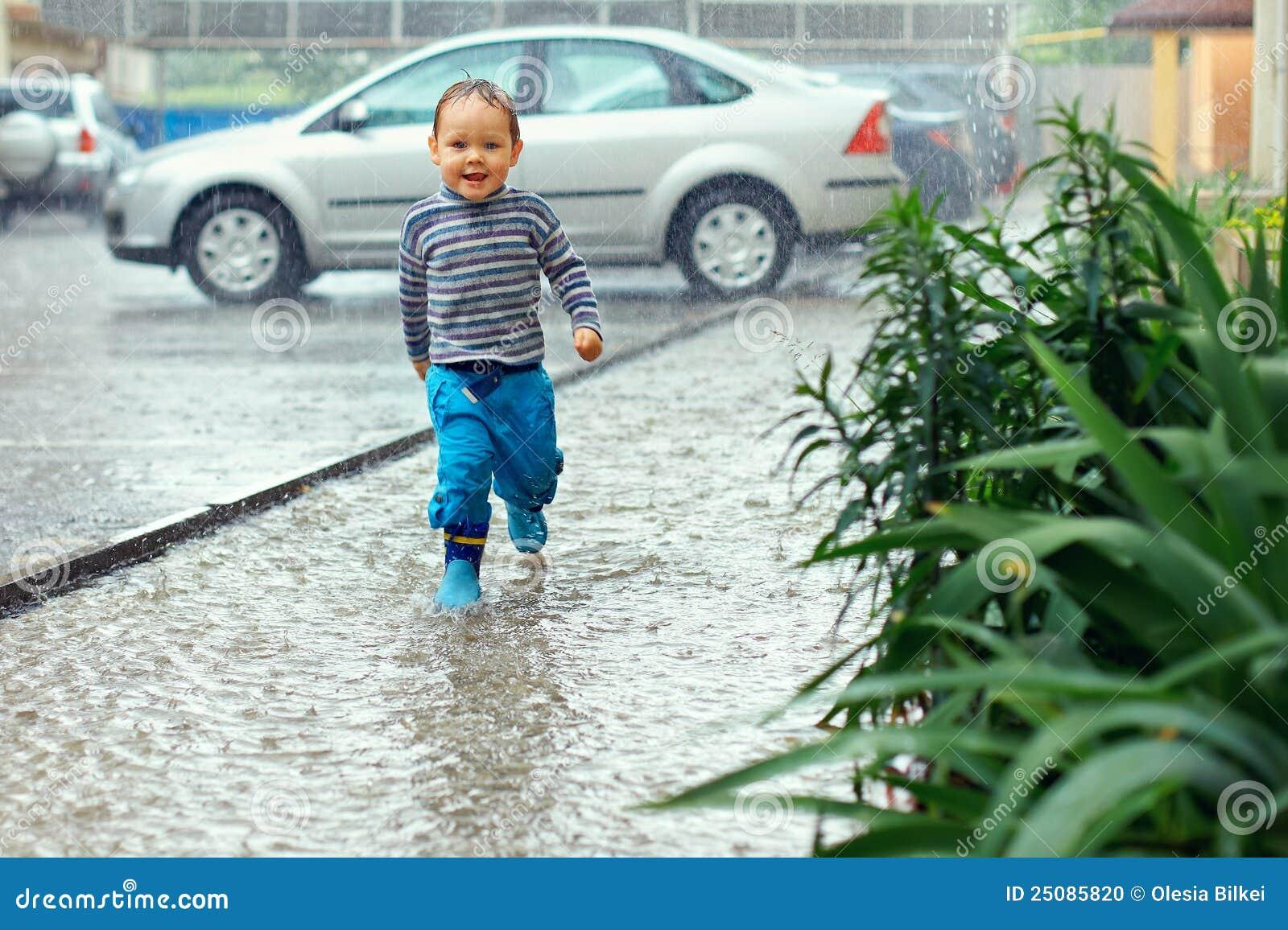 Nettes Baby, das unter den Regen läuft