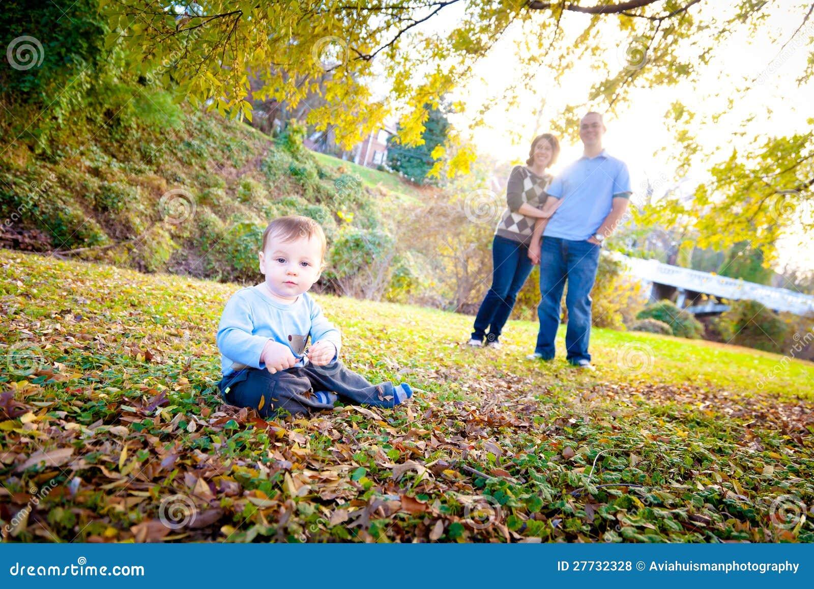 Nettes Baby draußen mit seinen Muttergesellschaftn