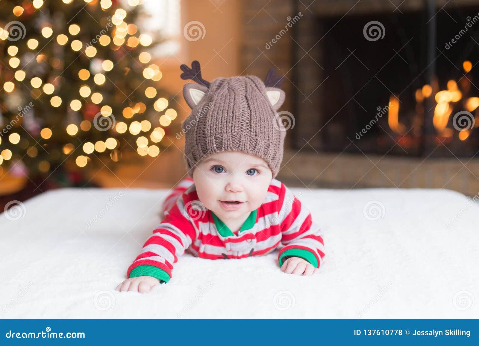 Nettes Baby durch Weihnachtsbaum