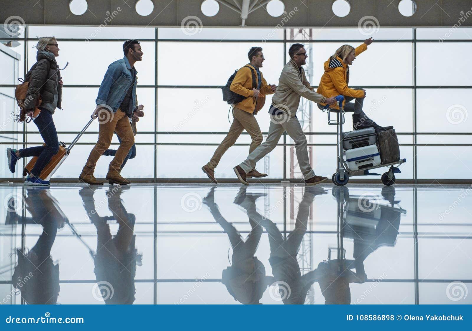 Nettes freundliches Team laufen zu ihrem Tor