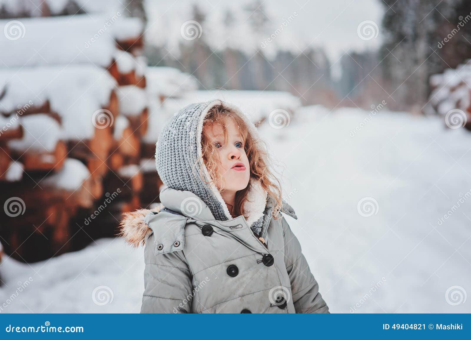 Download Nettes Gelocktes Kindermädchenporträt Auf Dem Weg Im Wald Des Verschneiten Winters Stockbild - Bild von spaß, kindheit: 49404821