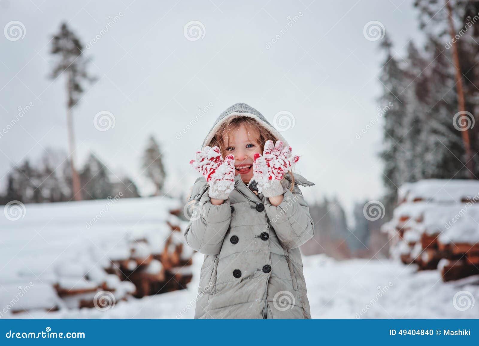 Download Nettes Glückliches Kindermädchenporträt Auf Dem Weg Im Schneebedeckten Wald Des Winters Stockfoto - Bild von lachen, kalt: 49404840