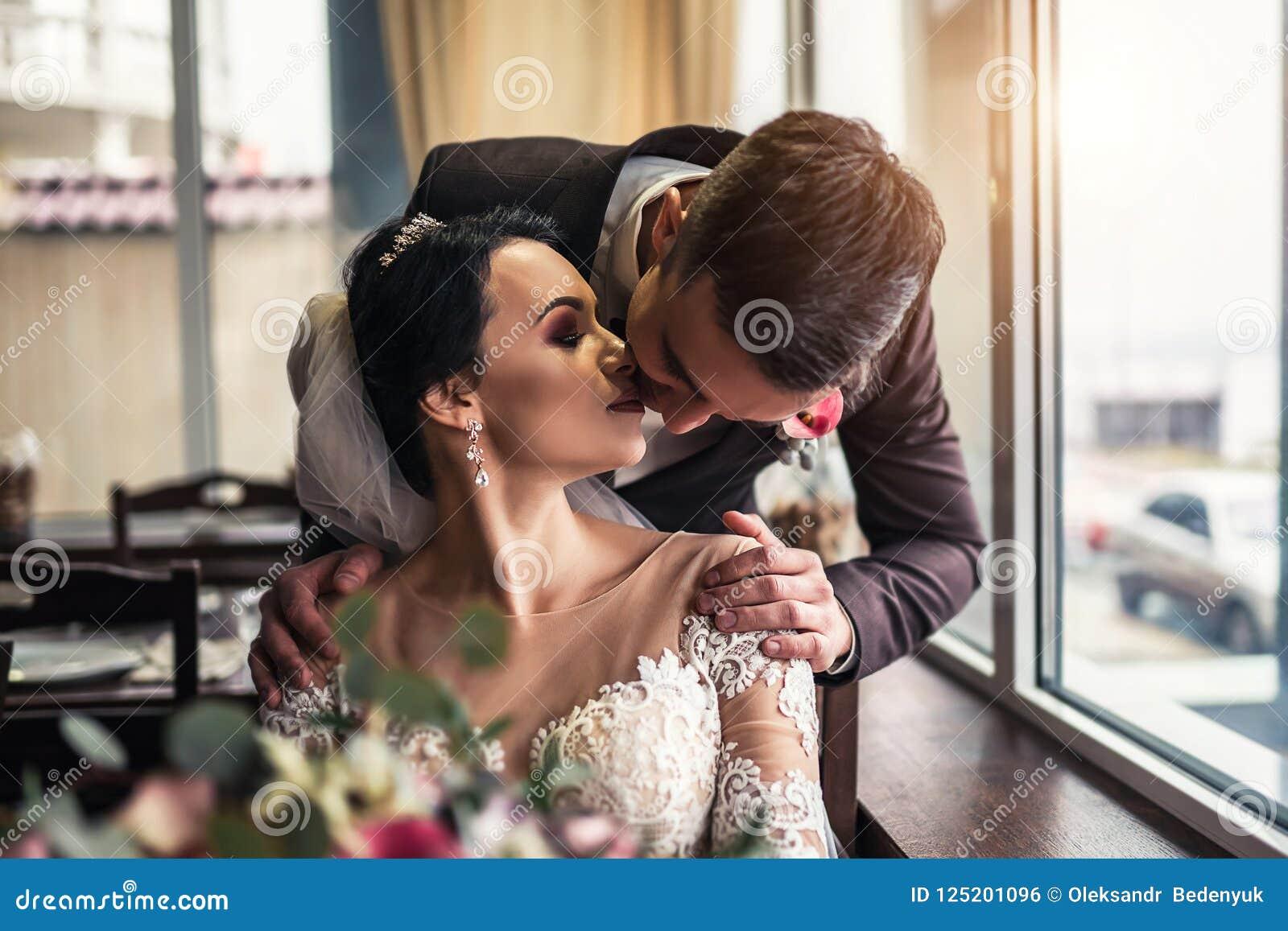 Nettes Hochzeit cuople, das in resturant sich entspannt