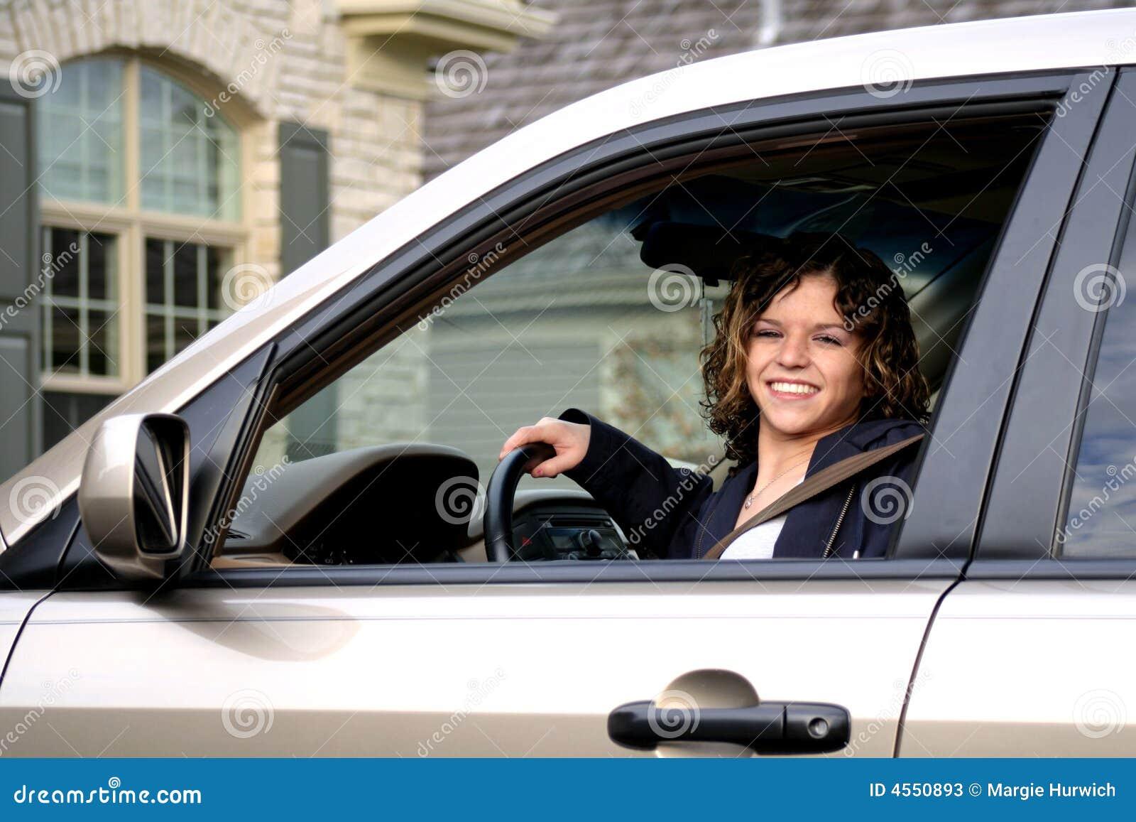 Nettes jugendlich im Auto