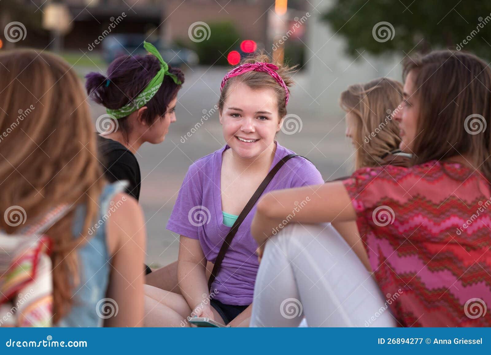 Nettes jugendlich im Purpur mit Freunden