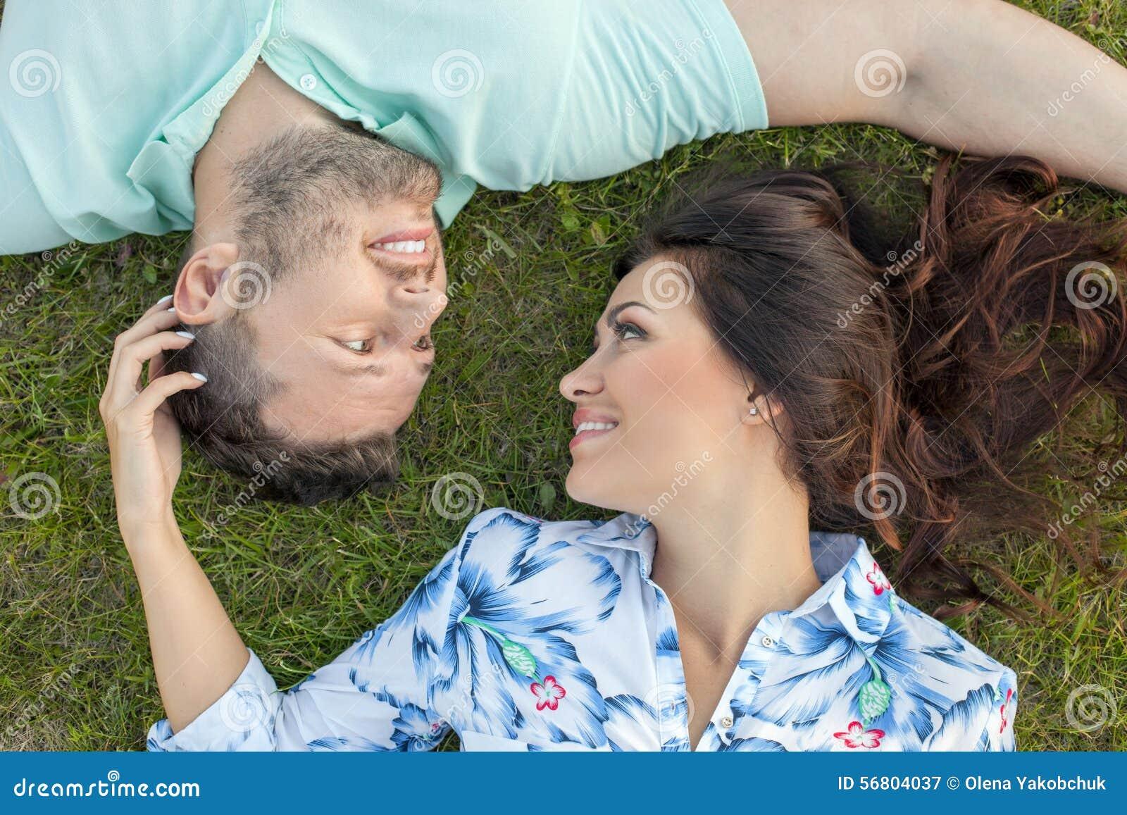 Nettes junges liebevolles Paar ist in entspannend