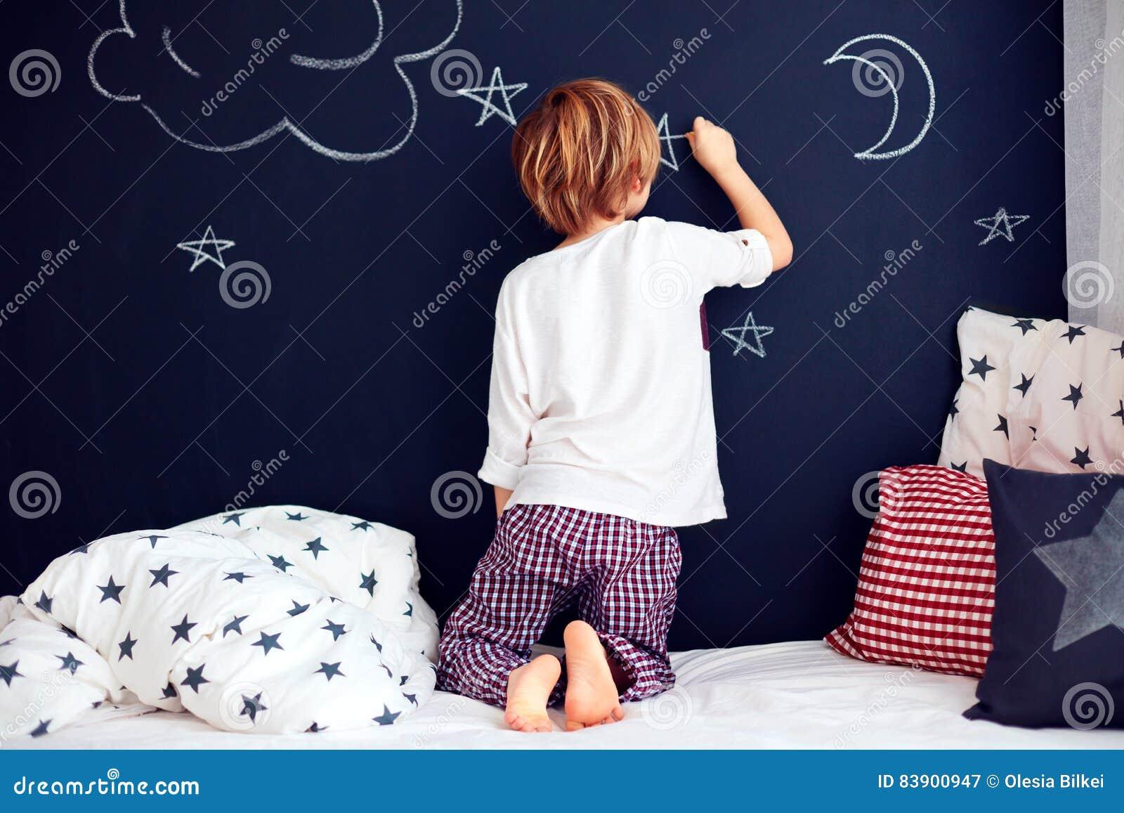 Nettes Kind In Den Pyjamas Die Tafelwand In Seinem Schlafzimmer
