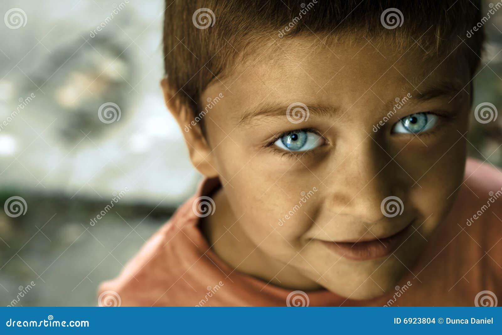 nettes kind mit blauen augen stockfoto bild von zicklein unschuldig 6923804. Black Bedroom Furniture Sets. Home Design Ideas