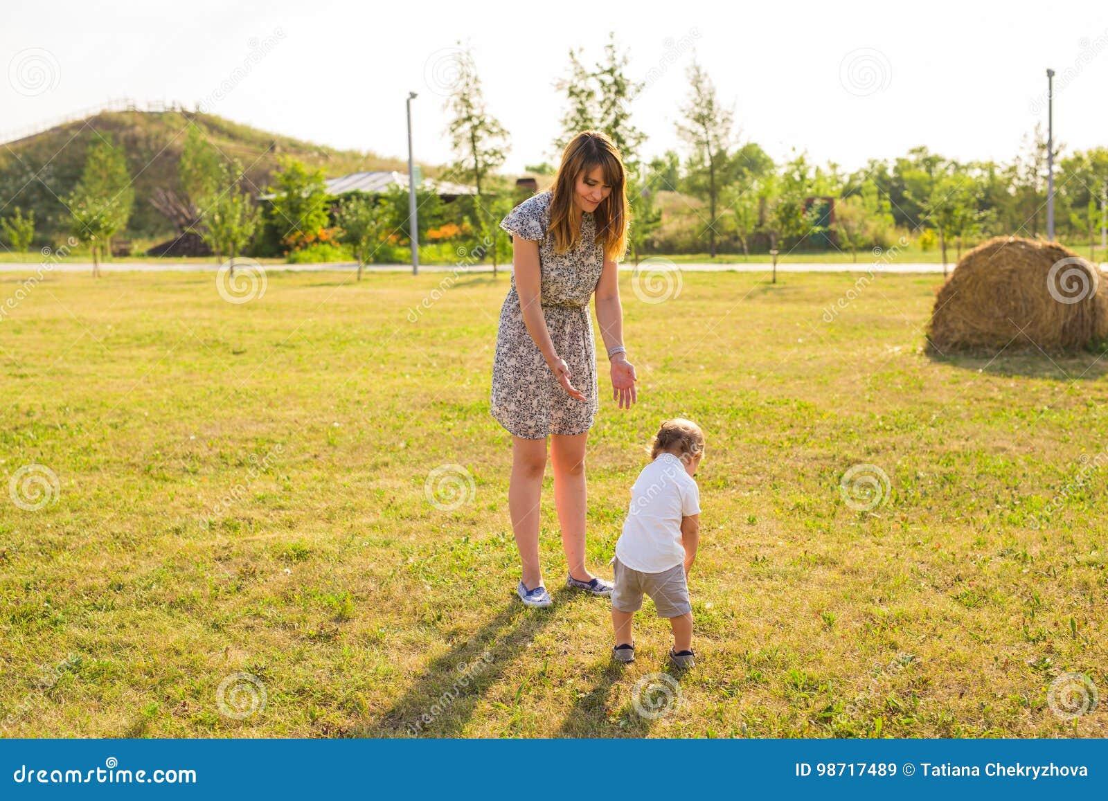 Nettes nettes Kind mit Mutterspiel draußen im Park