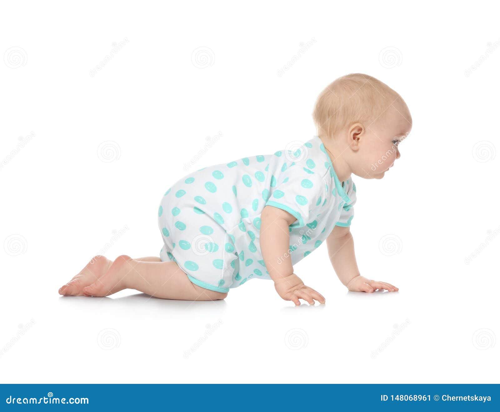 Nettes kleines Baby, das auf Wei? kriecht