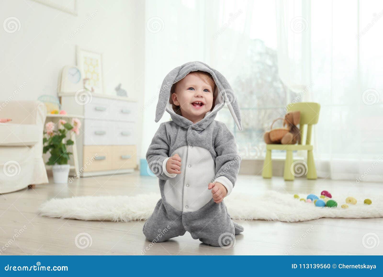 Nettes kleines Baby im Häschenkostüm