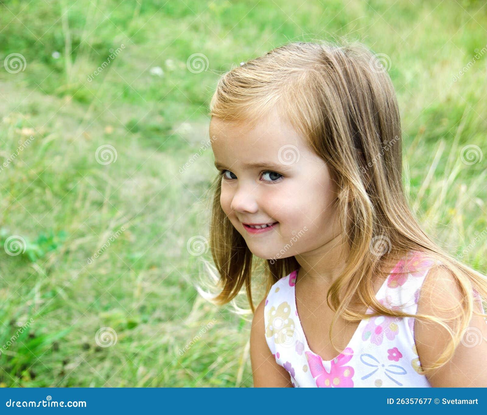 Nettes kleines Mädchen auf der Wiese