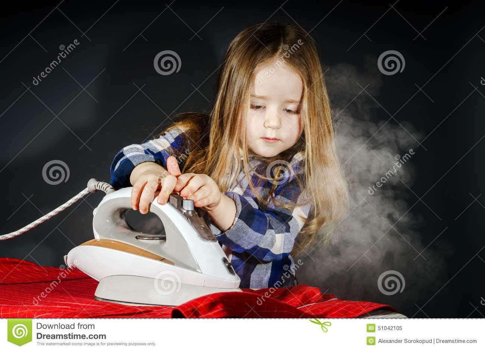 Nettes kleines Mädchen, das Ihrer Mutter durch das Bügeln von Kleidung, Contras hilft