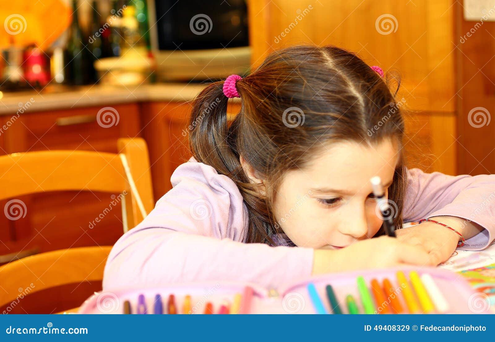 Download Nettes Kleines Mädchen Schreibt Stockbild - Bild von wenig, schoolwork: 49408329