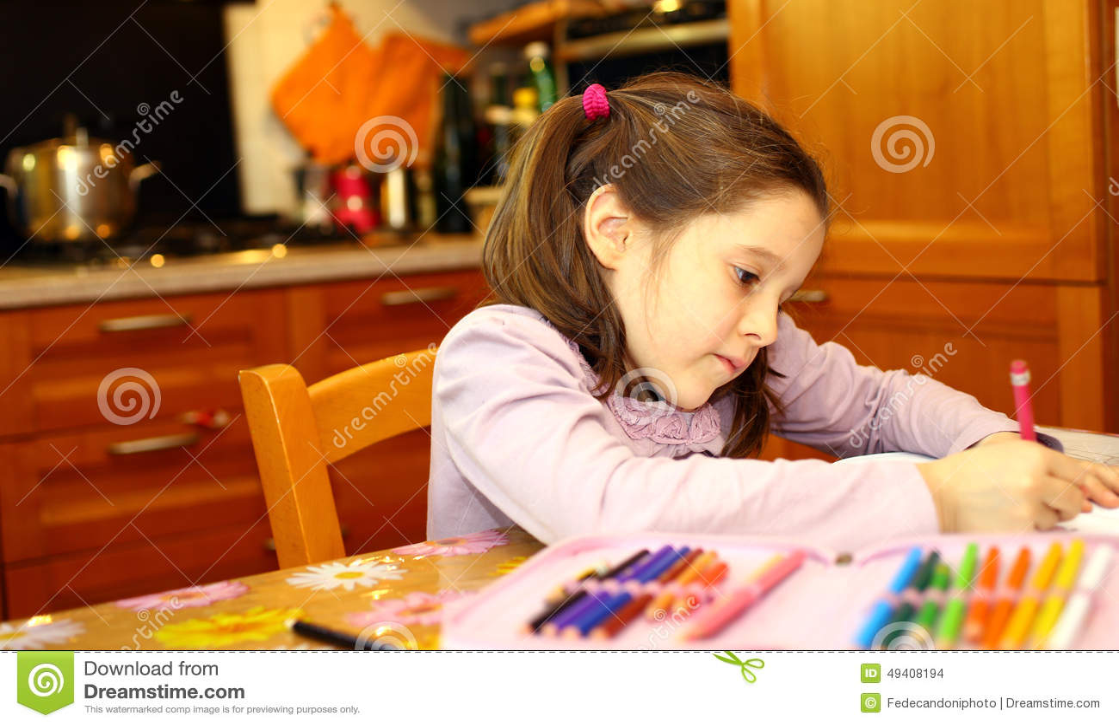 Download Nettes Kleines Mädchen Schreibt Auf Ihr Notizbuch Stockfoto - Bild von wenig, person: 49408194