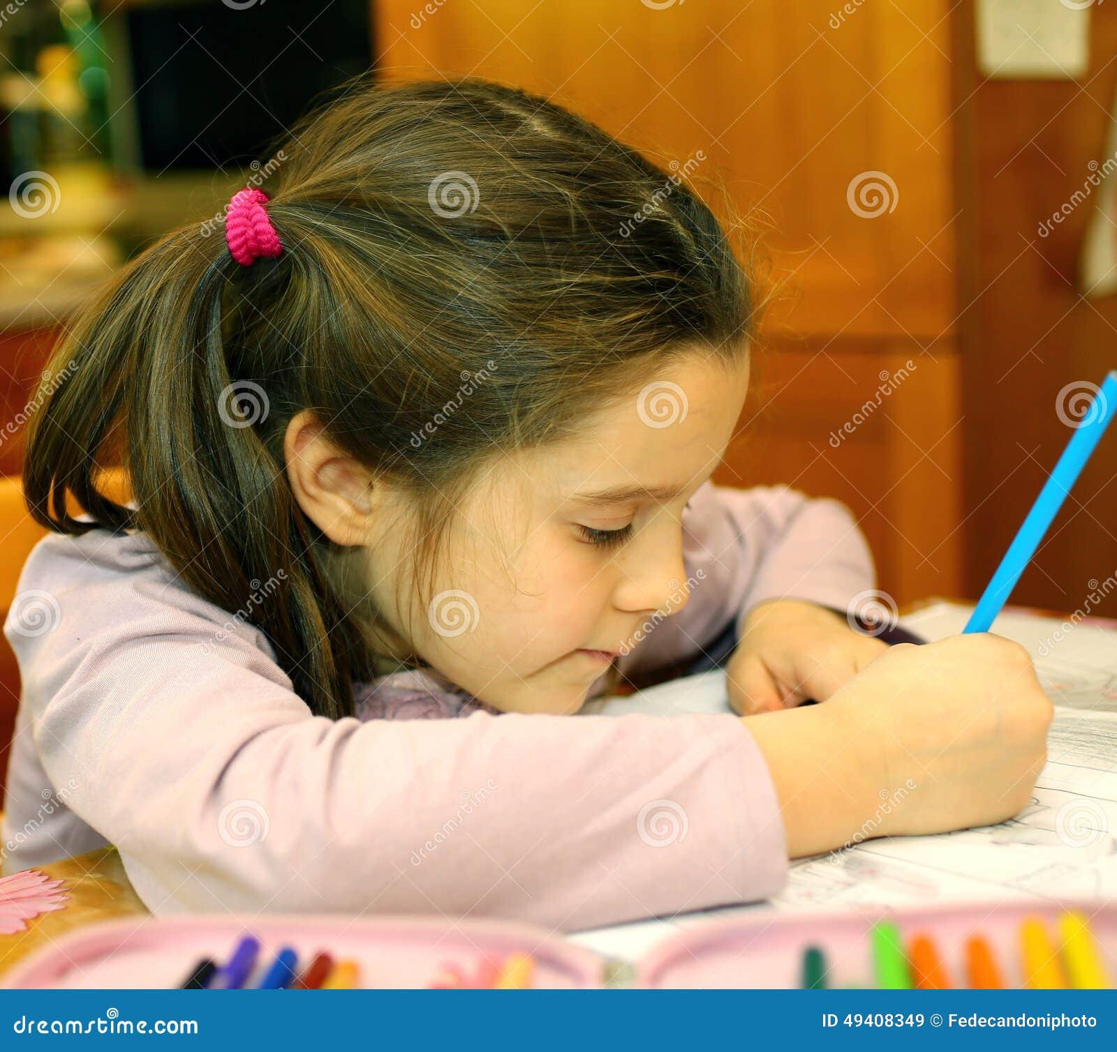 Download Nettes Kleines Mädchen Schreibt Auf Ihr Notizbuch Stockbild - Bild von bleistift, lehrbuch: 49408349