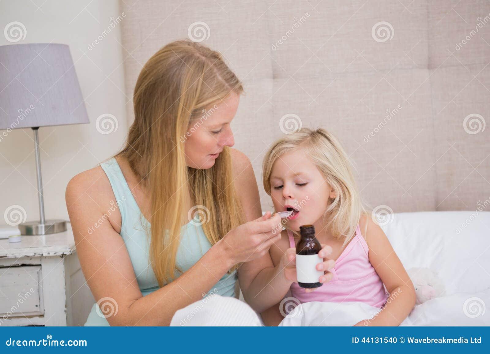 Nettes krankes Mädchen, das gekümmert wird