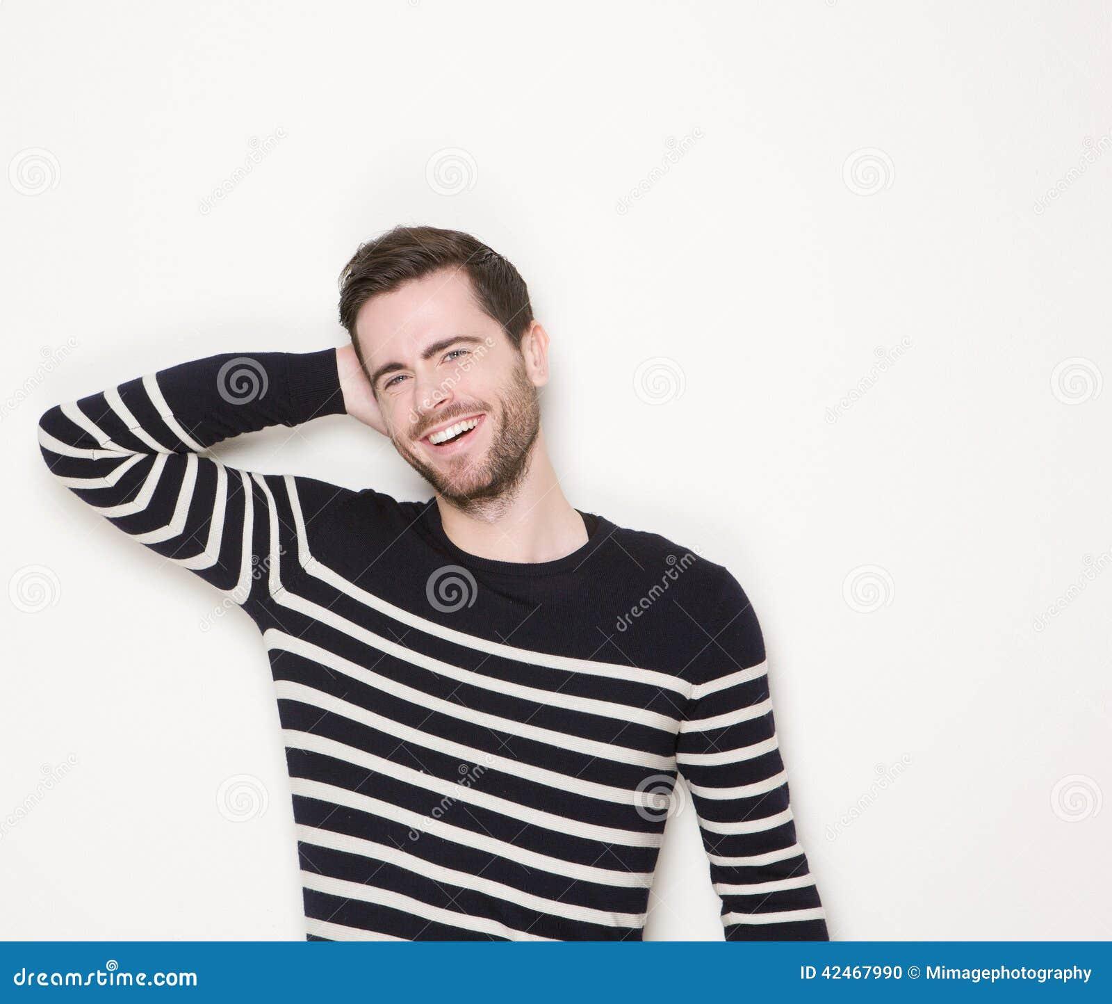 Nettes Lachen des jungen Mannes