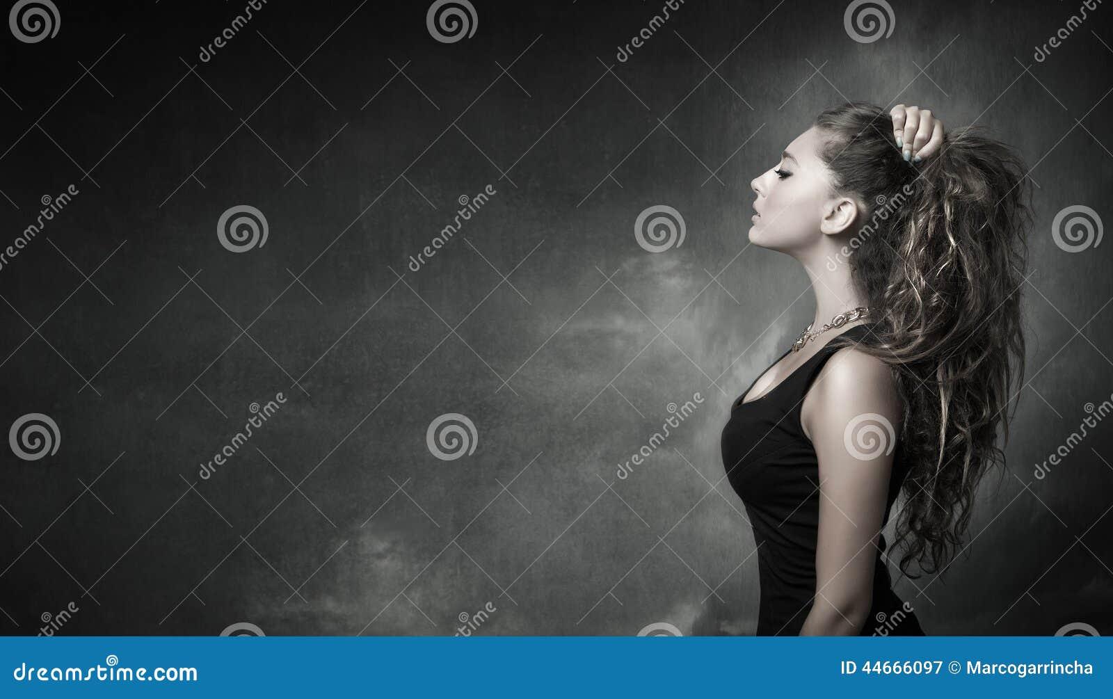 Nettes Mädchen, das in der Profilansicht schaut