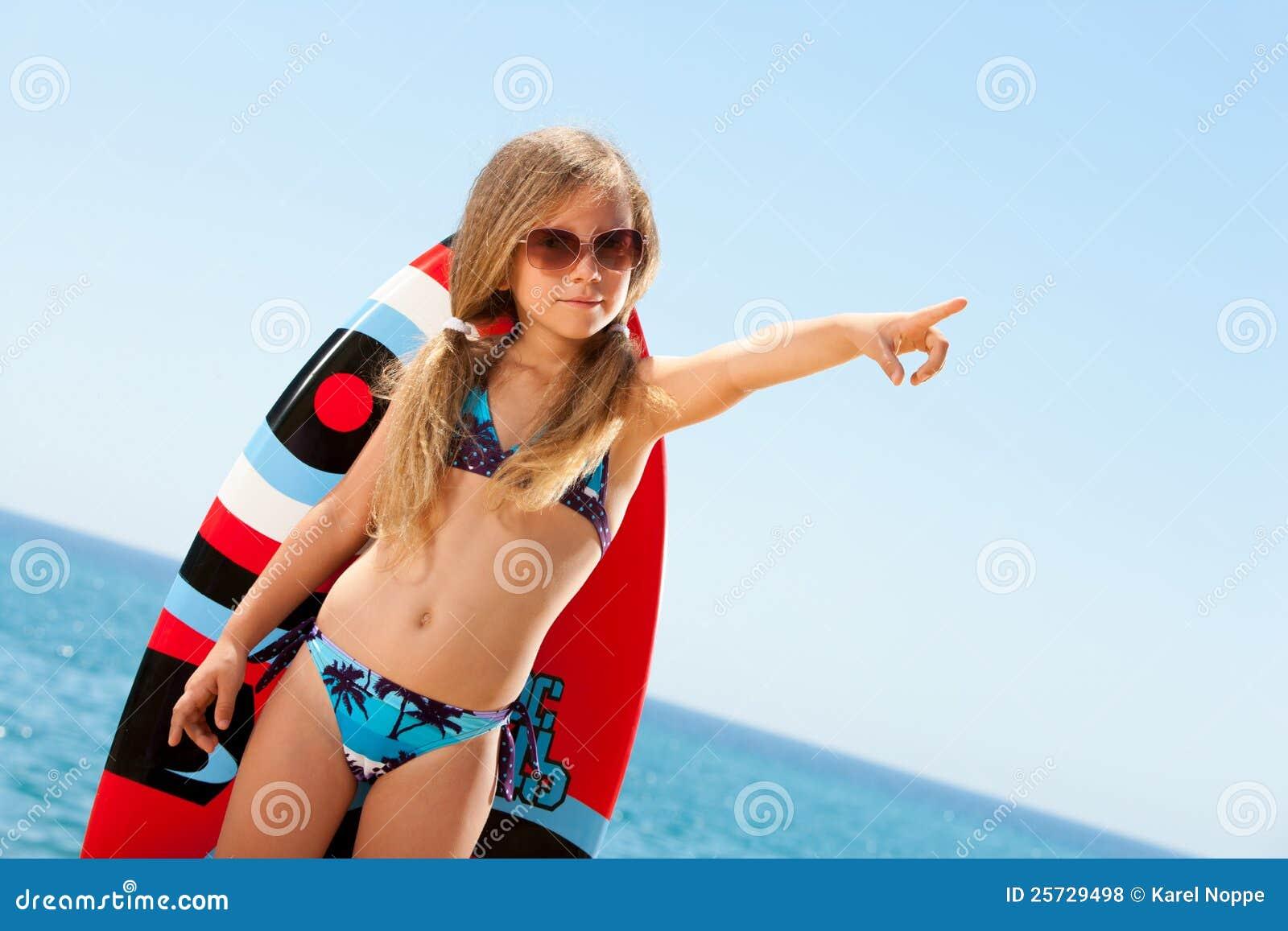 Nettes Mädchen im Bikini draußen zeigend mit dem Finger.