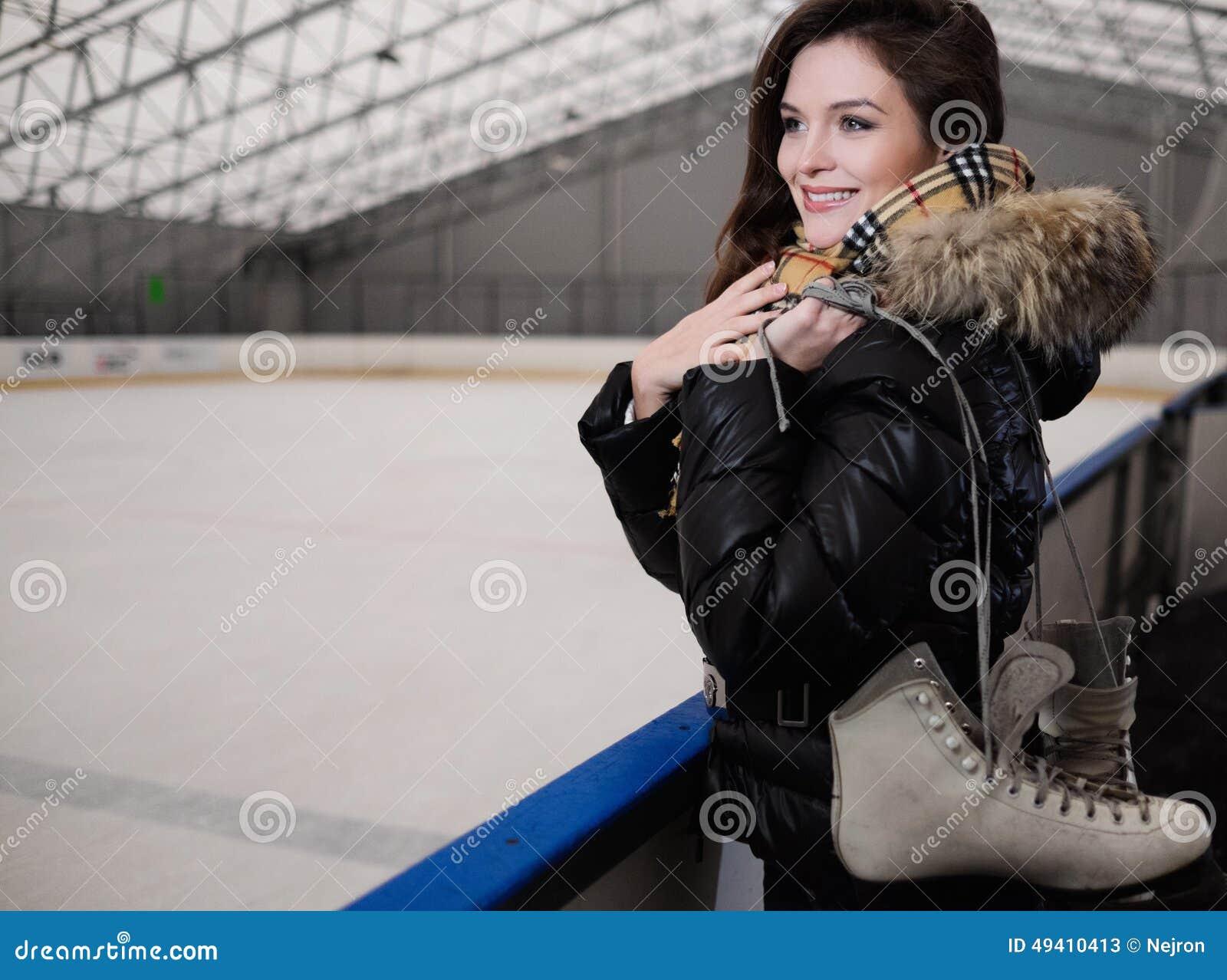 Download Nettes Mädchen mit Rochen stockbild. Bild von arena, kleid - 49410413