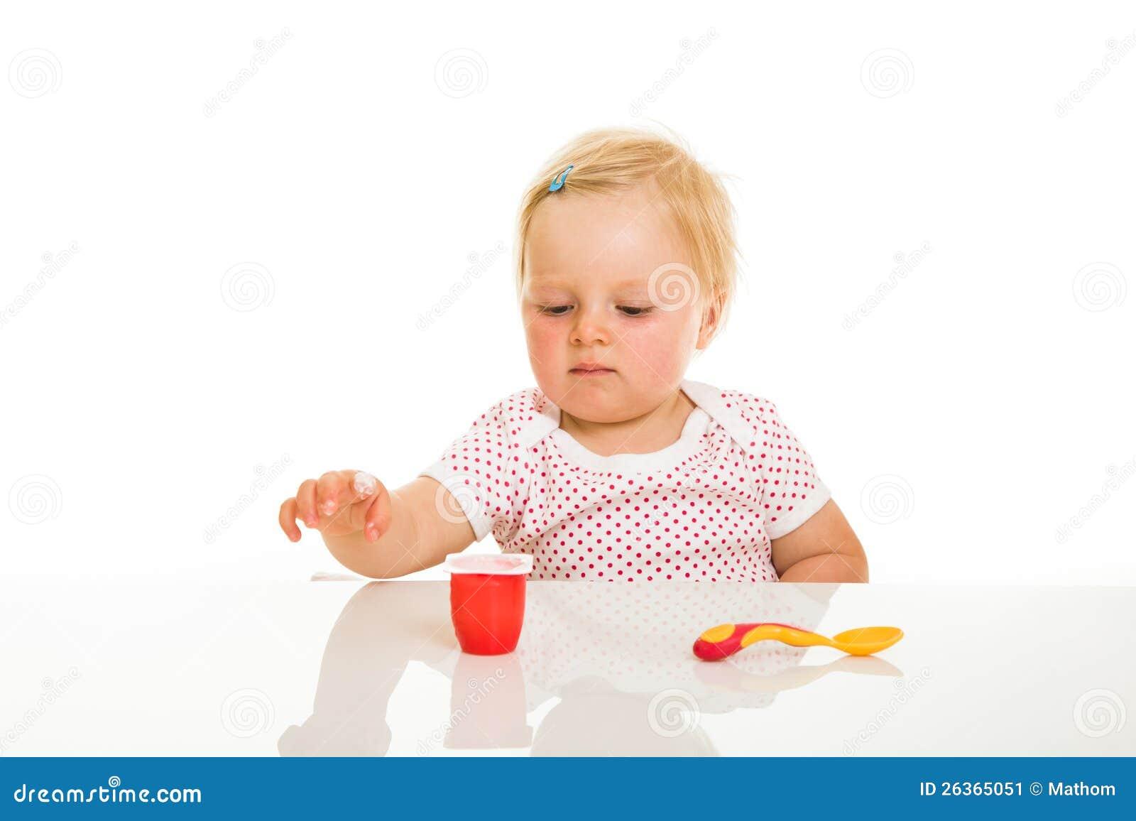 Nettes Säuglingsmädchen, das learining ist, um zu essen