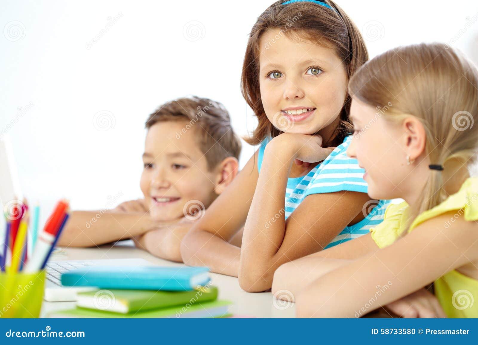 Nettes Schulmädchen