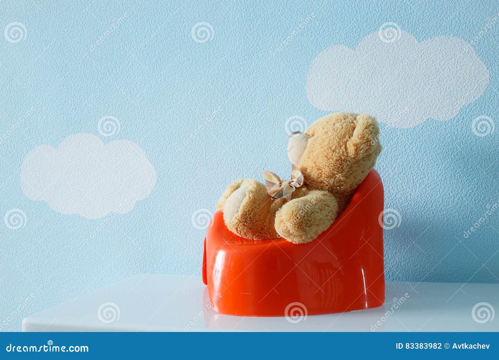 Nettes Spielzeug, das auf dem Töpfchen sitzt