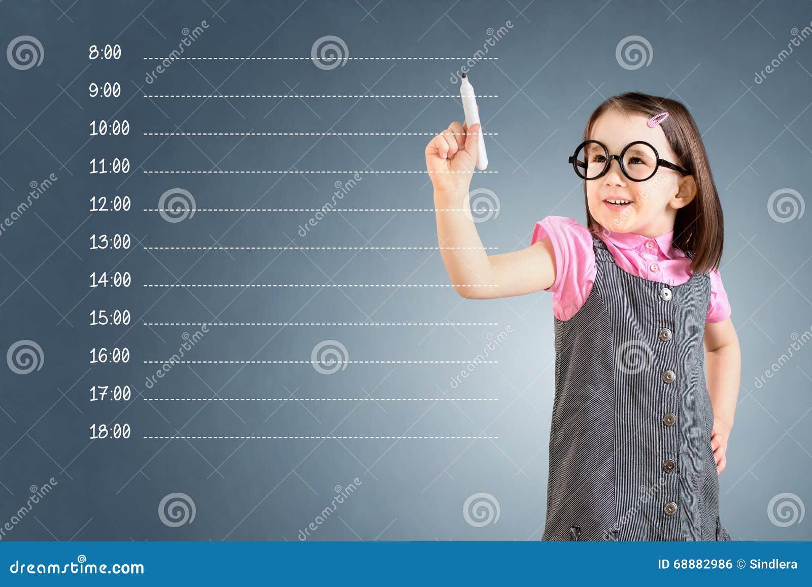 Nettes tragendes Geschäftskleid des kleinen Mädchens und Schreiben der leeren Terminplanung Hintergrund für eine Einladungskarte