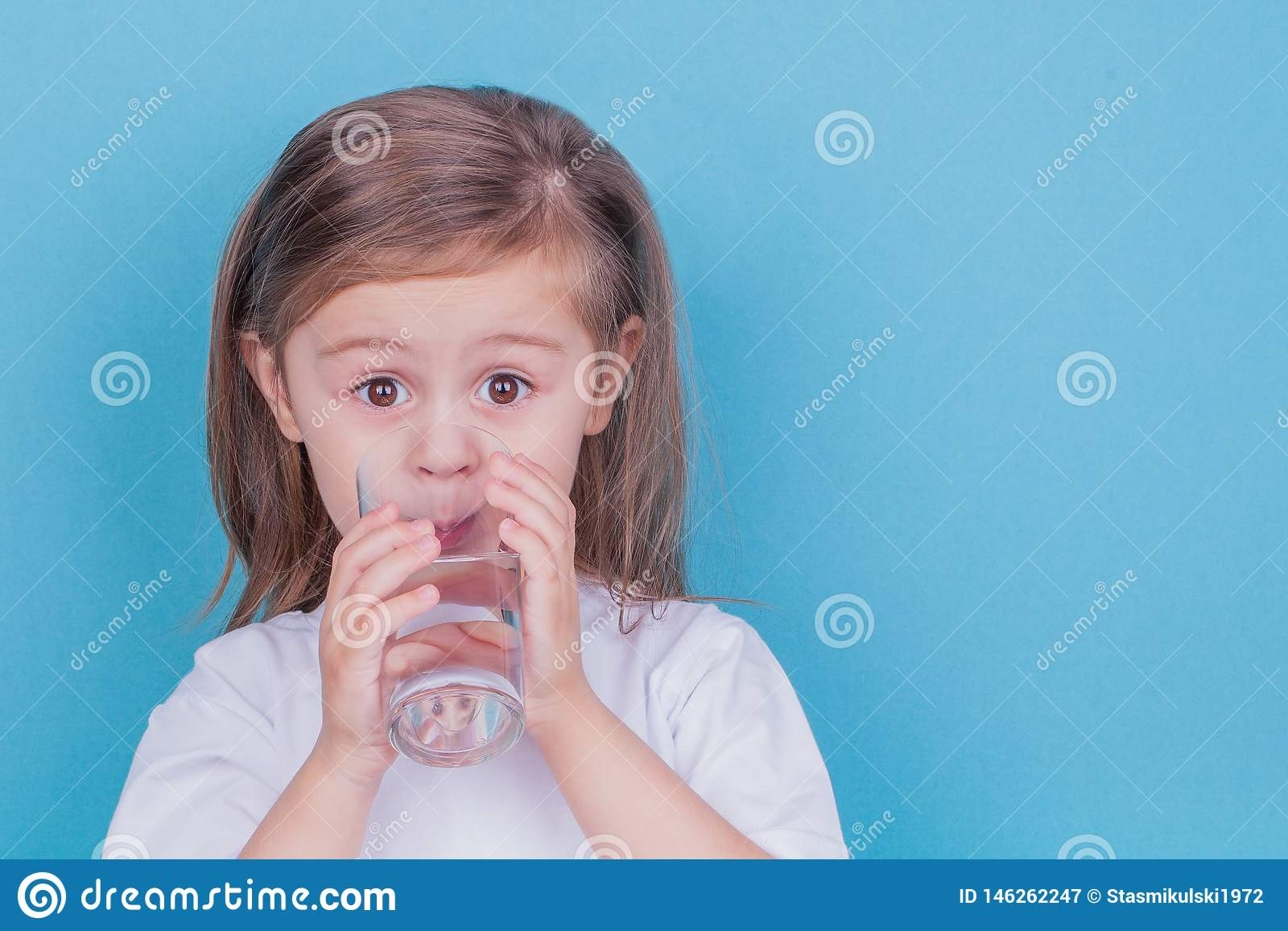 Nettes Trinkwasser des kleinen Mädchens vom Glas