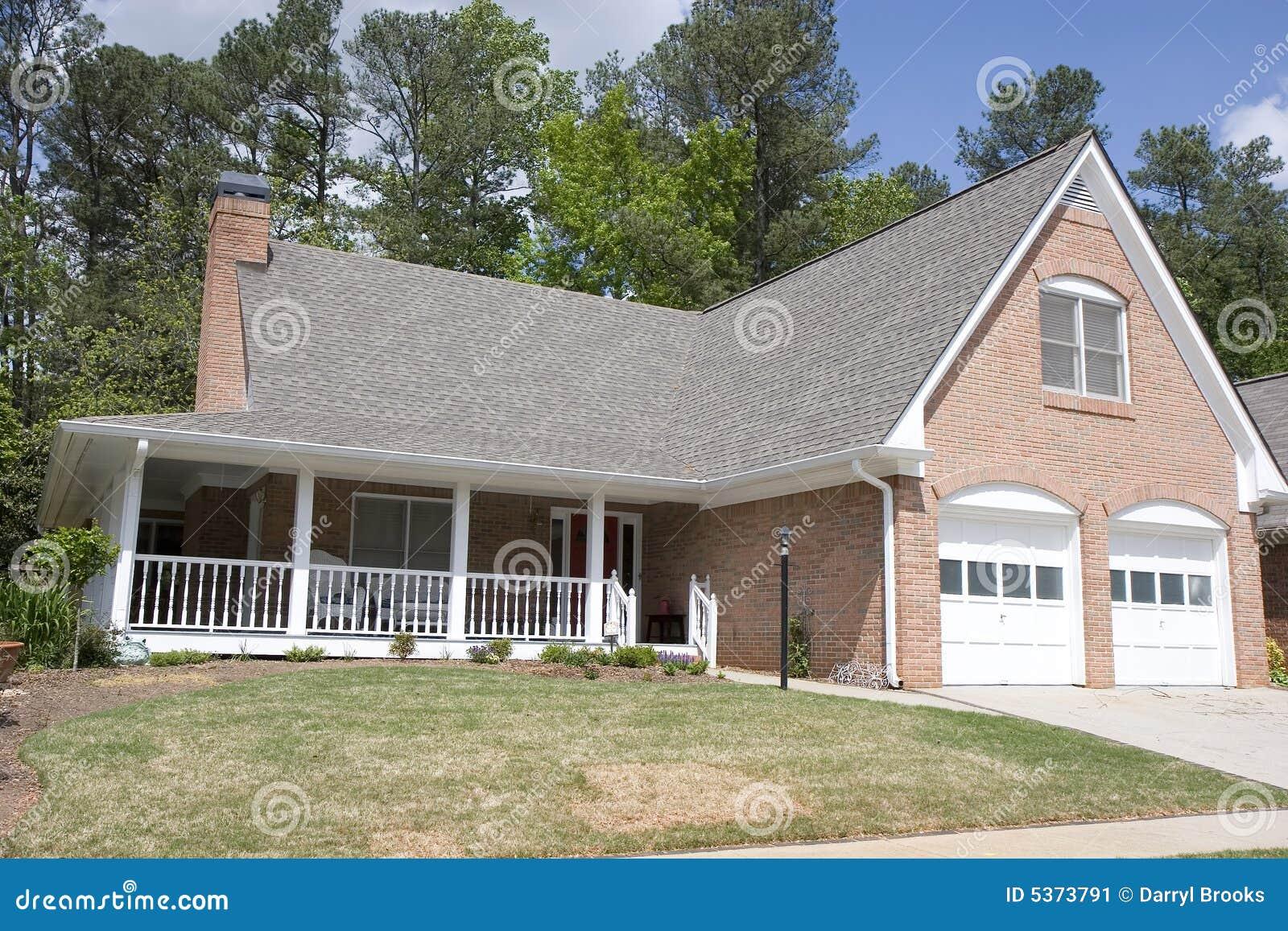 Nettes ziegelstein haus mit veranda stockbild bild 5373791 for Veranda haus