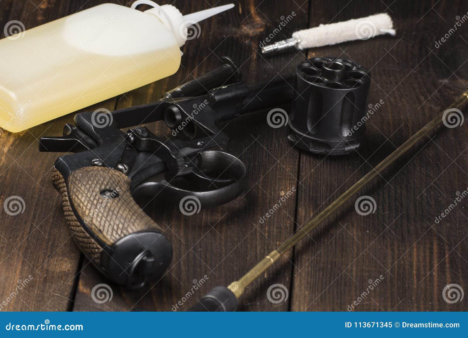 Nettoyage d un revolver antique sur une table