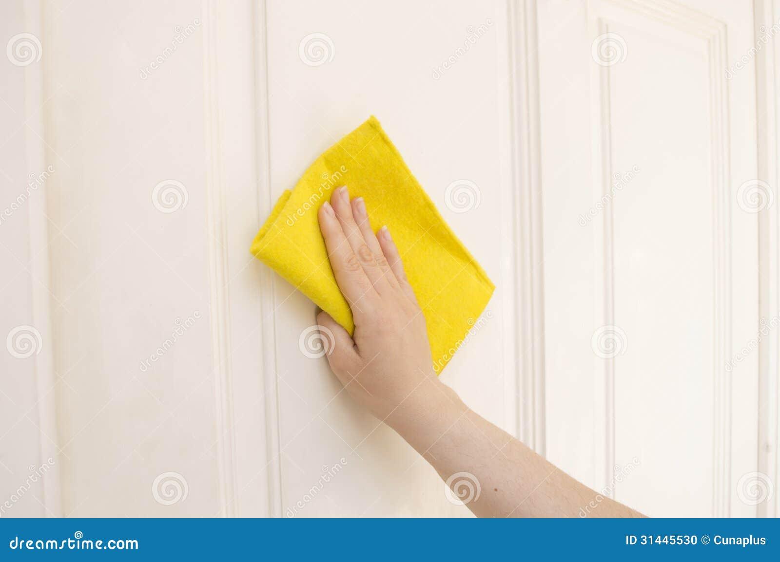 Nettoyage d 39 une porte blanche avec un tissu jaune photo - Nettoyer une porte en bois ...